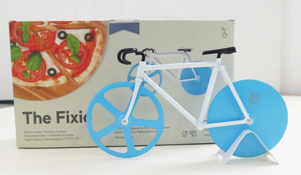Pizzafahrrad mit weißen Rahmen und blauen Rädern