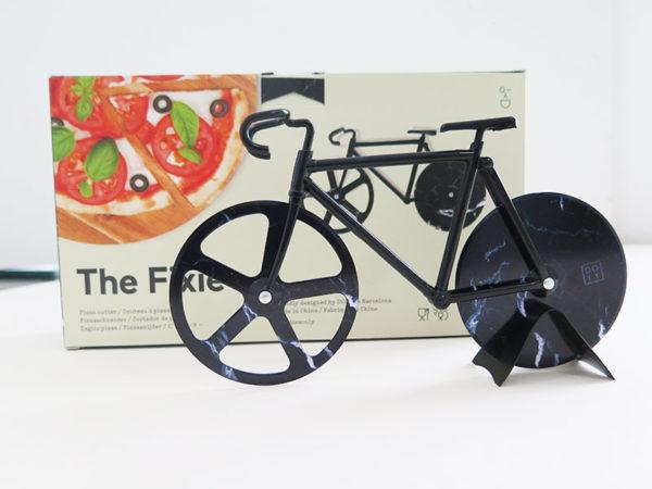 Pizzafahrrad mit schwarzen Rahmen und schwarzen Rädern