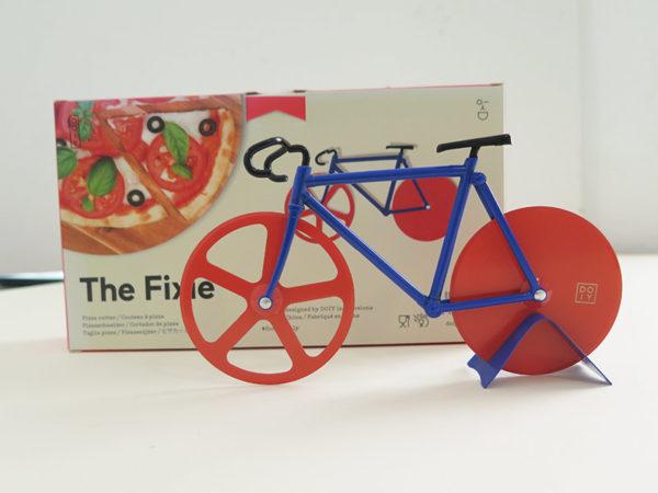 Pizzafahrrad mit blauen Rahmen und roten Reifen
