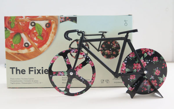 Pizzafahrrad mit schwarzen Rahmen und geblümten Rädern