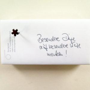 FlowerNail Merkzettel, Zettel, mit einem FlowerNail auf einen Eichenklotz genagelt, 7 x 14 cm.